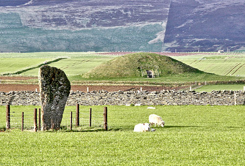 Maeshowe, with the Barnhouse Stone in the foreground. (www.theorcadianphotos.co.uk)